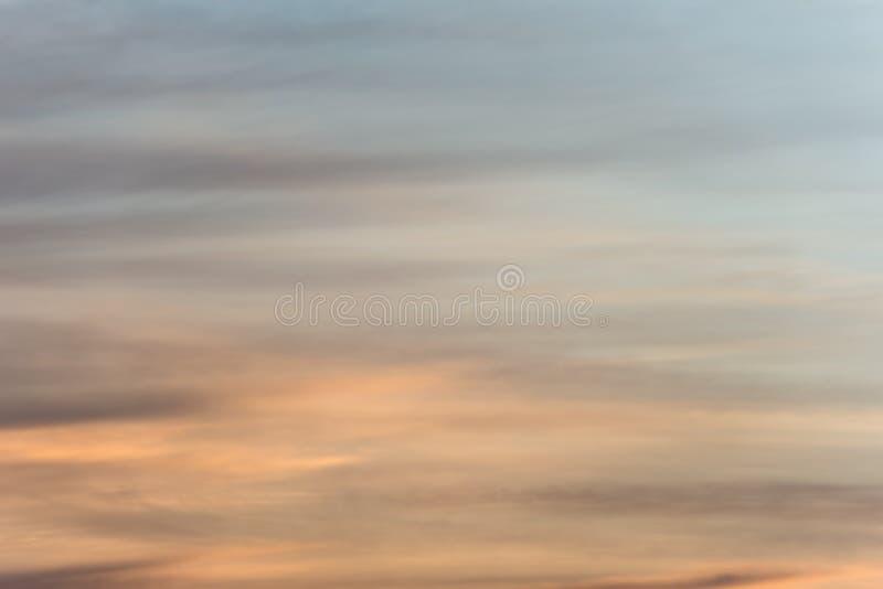 Zmierzchu nieba tło z złotą pomarańczową łuną na mgławe chmury obraz royalty free