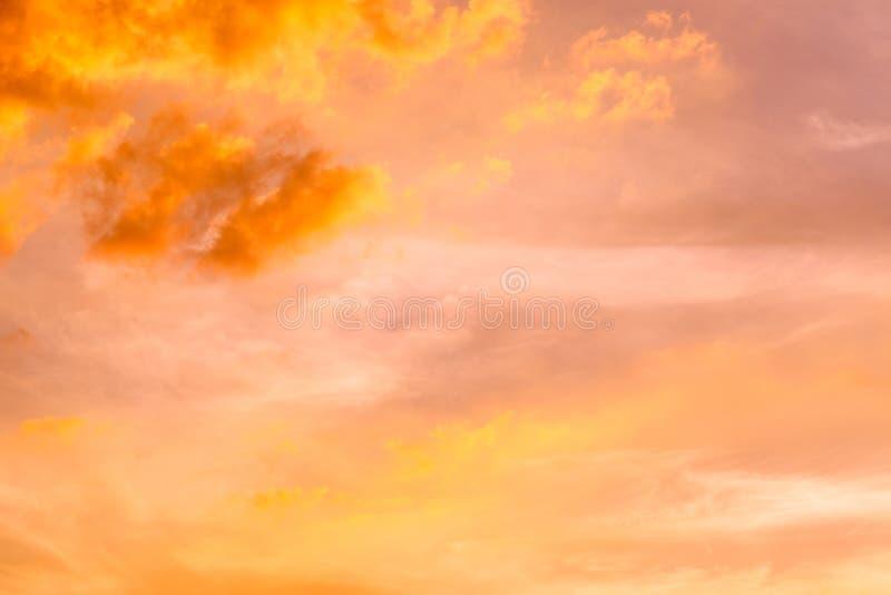Zmierzchu niebo chmurnieje drzewa pomara?czowych E obraz stock