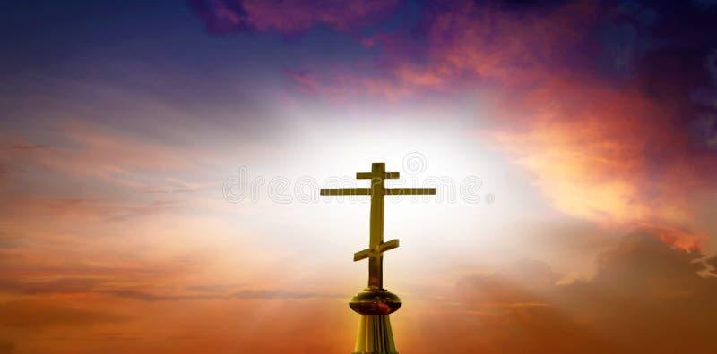 Zmierzchu niebo Krzyż przeciw tłu spadek obrazy stock