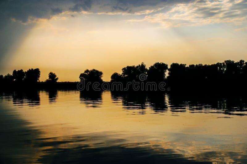 Zmierzchu niebo odbija w Danube zdjęcia royalty free