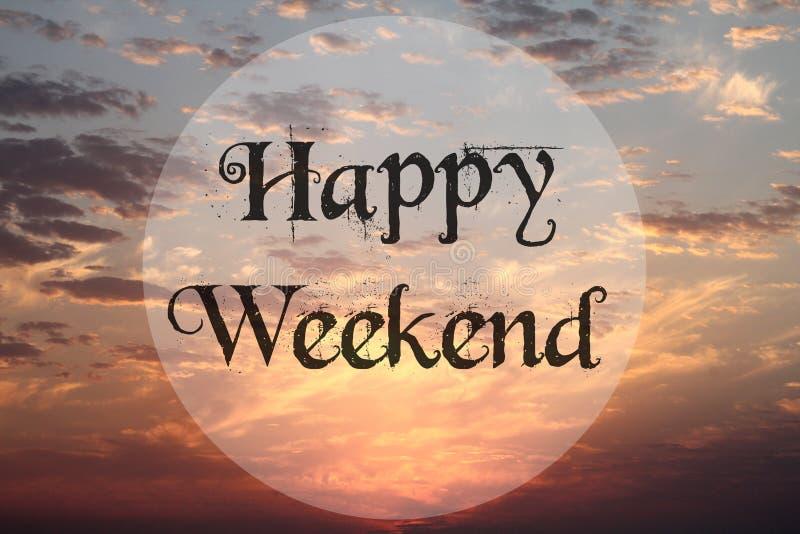 Zmierzchu niebo przy morzem z tekstem: Szczęśliwy weekend obrazy royalty free