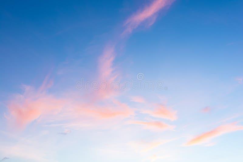 Zmierzchu niebo z barwionymi chmurami zdjęcia royalty free