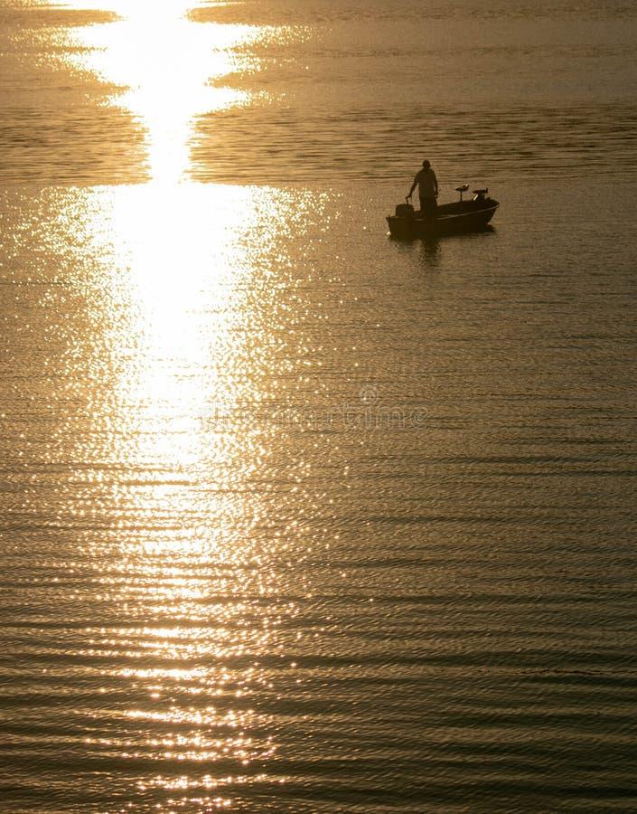 Zmierzchu odbicie w jeziorze z mężczyzna sylwetką fotografia royalty free