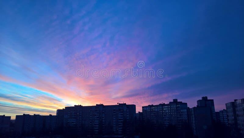 Zmierzchu pejzaż miejski lazurowy wieczór niebo nad ciemnymi domami obrazy royalty free
