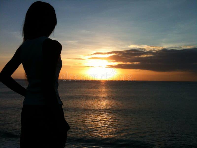 Zmierzchu piękna natury widok na ocean kobiety słońca azjatykcia wyspa Indonezja obrazy royalty free