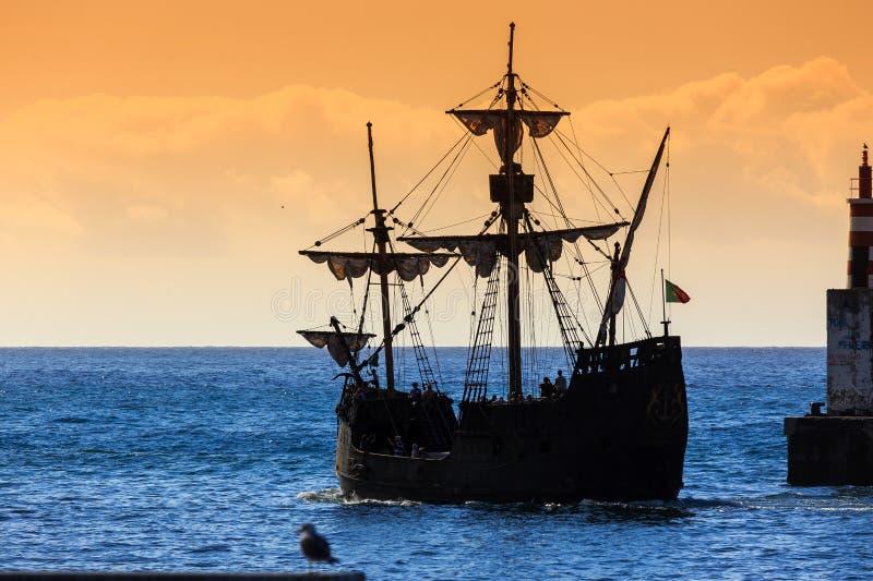 Zmierzchu pirata statku madera zdjęcie stock