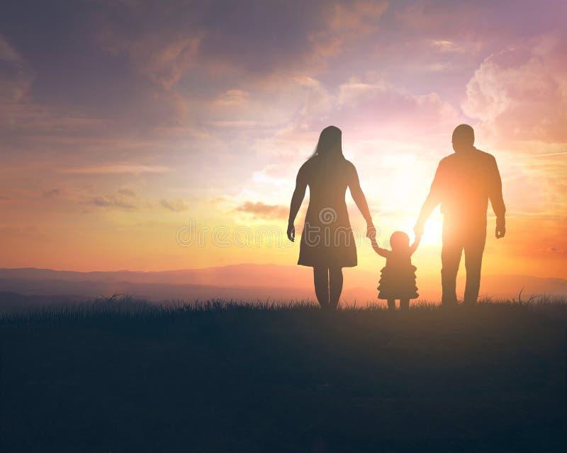 Zmierzchu rodzinny spacer obraz stock