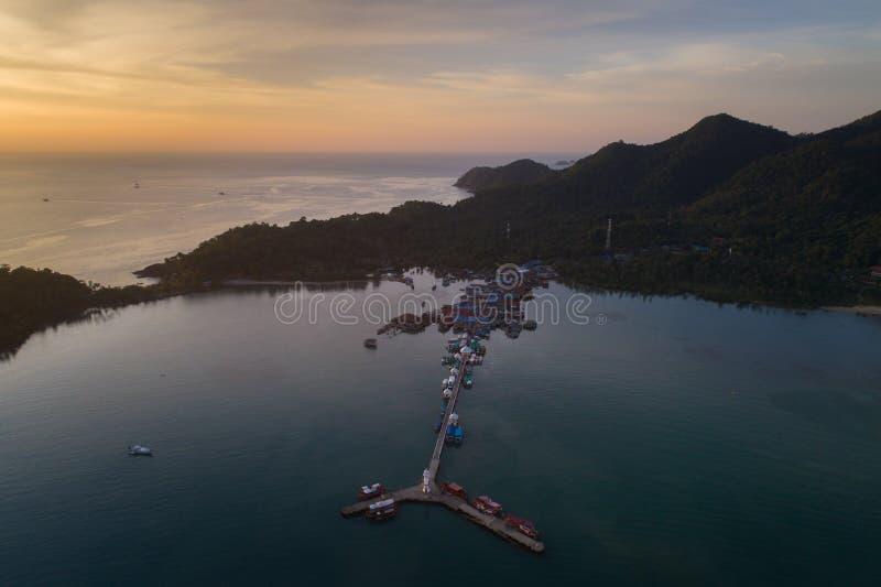 Zmierzchu truteń strzelał latarnia morska przy Koh Chang, Tajlandia zdjęcie royalty free