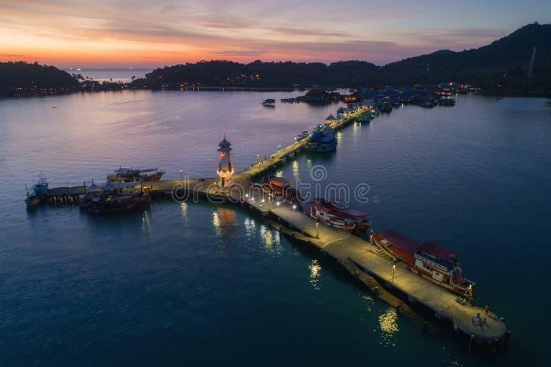 Zmierzchu truteń strzelał latarnia morska przy Koh Chang, Tajlandia obraz stock
