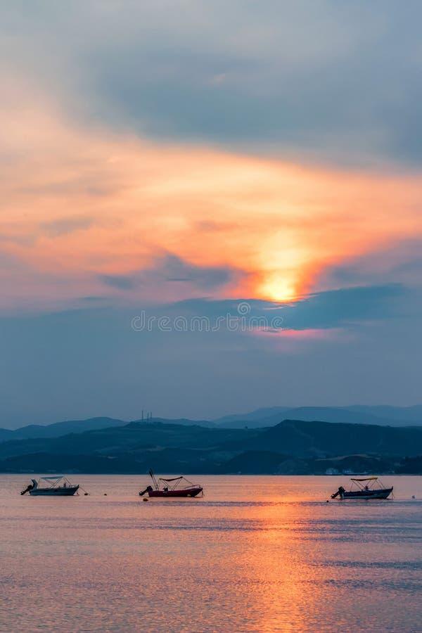 Zmierzchu widok łodzie w Halkidiki i morze śródziemnomorskie, Grecja zdjęcie stock
