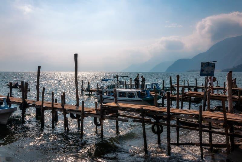 Zmierzchu widok Jeziorny Atitlan od starych doków mała wioska Panajachel fotografia stock