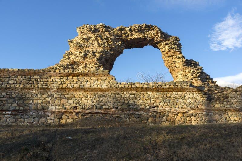 Zmierzchu widok ruiny fortyfikacje antyczny Romański miasto Diocletianopolis, Hisarya, Plovdiv region, Bułgaria obraz stock