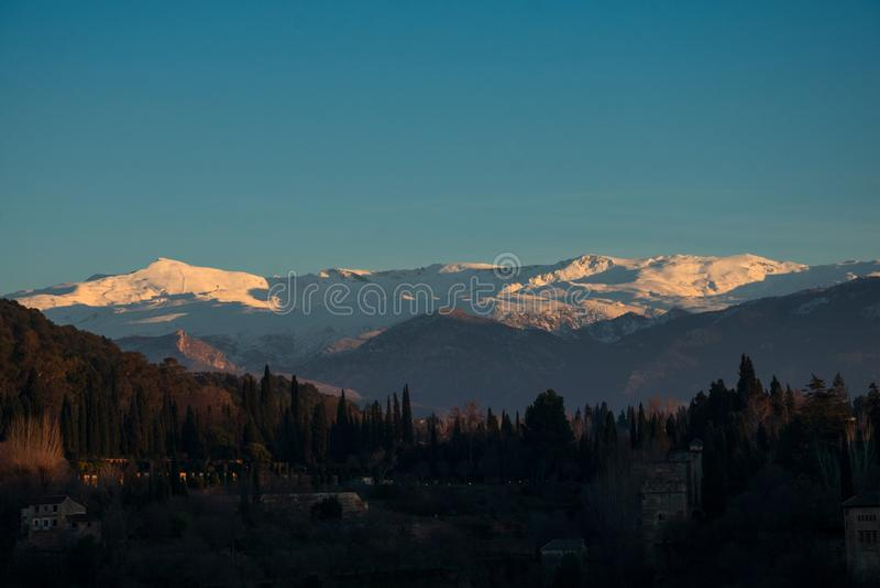 Zmierzchu widok sierra Nevada góra od San Nicolas punktu widzenia zdjęcie stock