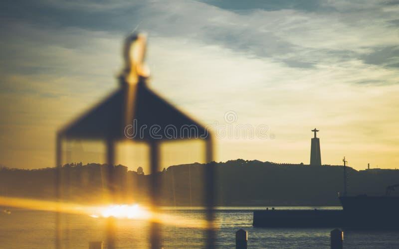 Zmierzchu widok Tagus rzeka przez lampionu zdjęcie stock