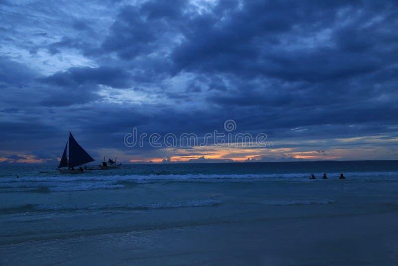 Zmierzchu widok w Boracay, Filipiny z żeglowanie łodzią i oceanem zdjęcia stock