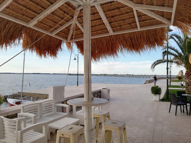 Zmierzchu widok z parasolem i krzesłami na nabrzeżu obraz royalty free