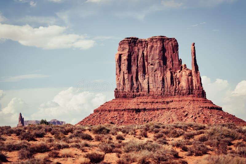 Zmierzchu widoku krajobraz przy Pomnikową doliną, Arizona, usa Odosobniona rockowa dama obrazy royalty free