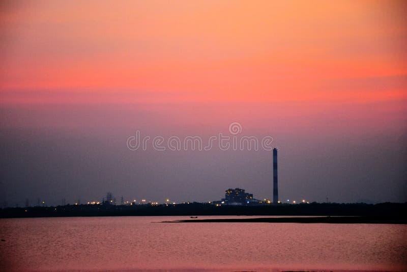 Zmierzchu wieczór nadrzeczny czas, czerwony nieba miasta światło, lekki dom fotografia royalty free