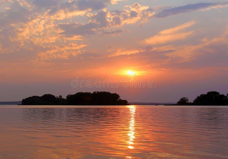 Zmierzchu zmierzch na jeziorze zdjęcia royalty free