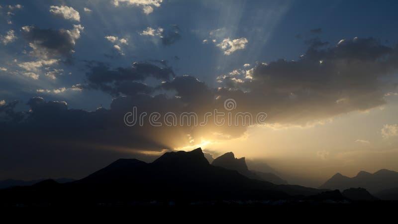 Zmierzchu zmierzch w góra oszustach Oman zdjęcia stock