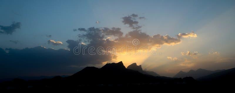 Zmierzchu zmierzch w góra oszustach Oman obrazy stock