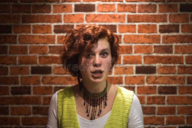 Zmieszana dziewczyna z imbirowym kędzierzawym włosy i piegami obrazy royalty free