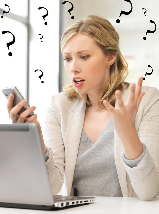 Zmieszana kobieta z telefonem komórkowym obrazy royalty free