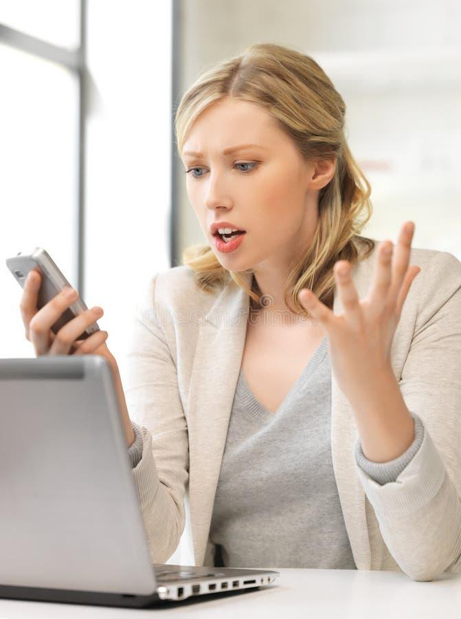 Zmieszana kobieta z telefonem komórkowym zdjęcie royalty free