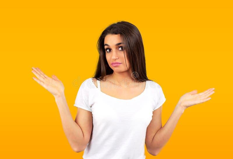 Zmieszana młoda przypadkowa dziewczyna wzrusza ramionami ramiona obrazy royalty free