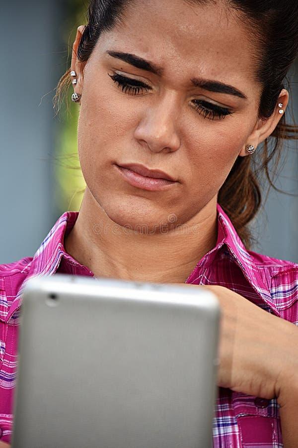 Zmieszana młoda kobieta Używa pastylkę obraz royalty free