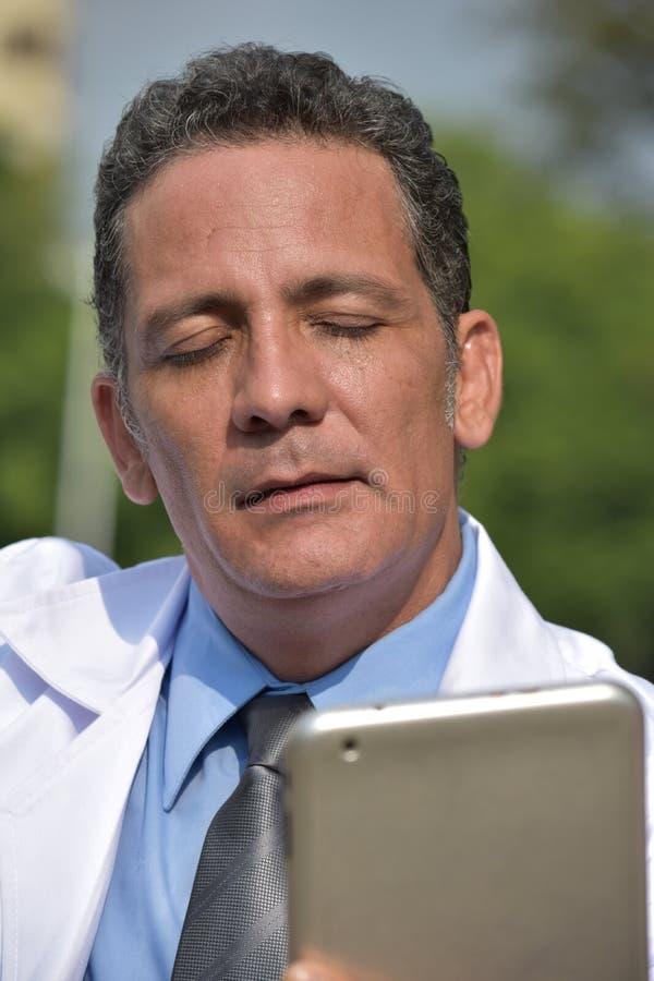 Zmieszanego Męskiego latynosa Doktorska Używa pastylka zdjęcie stock