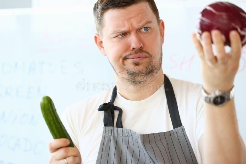 Zmieszanego szefa kuchni mienia Purpurowa Organicznie kapusta obrazy stock