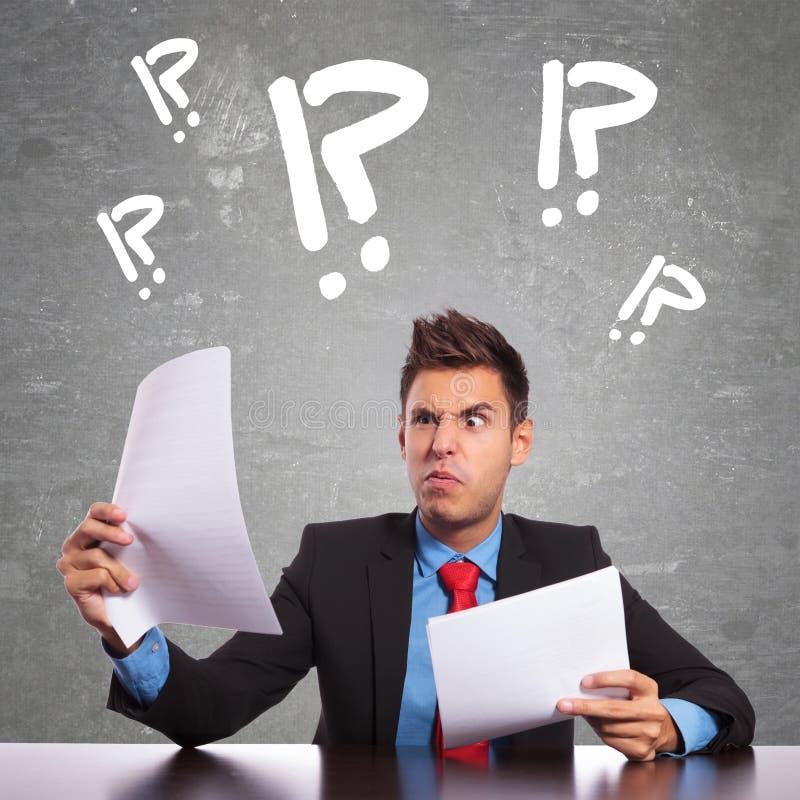 Download Zmieszani Biznesowego Mężczyzna Czytania Dokumenty Zdjęcie Stock - Obraz złożonej z liczący, wściekły: 28955430