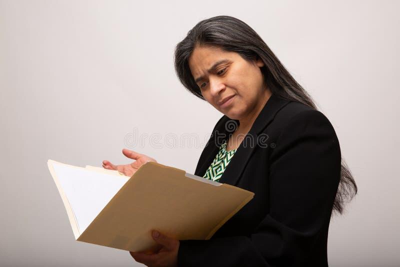 Zmieszani Latynoscy bizneswomanów spojrzenia Przez falcówki zdjęcia royalty free