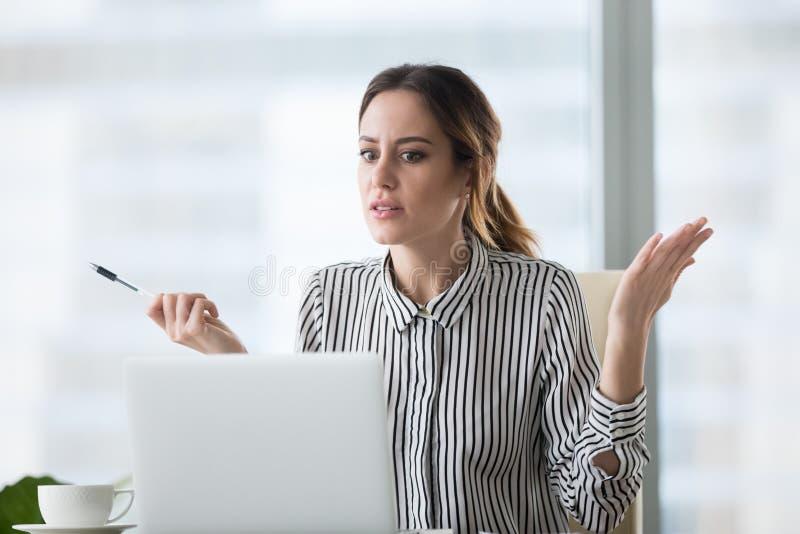 Zmieszany żeński pracownik udaremniający laptopu trzaska zawiadomieniem zdjęcie royalty free