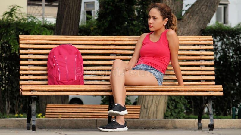 Zmieszany Żeński student collegu Na Parkowej ławce zdjęcie stock