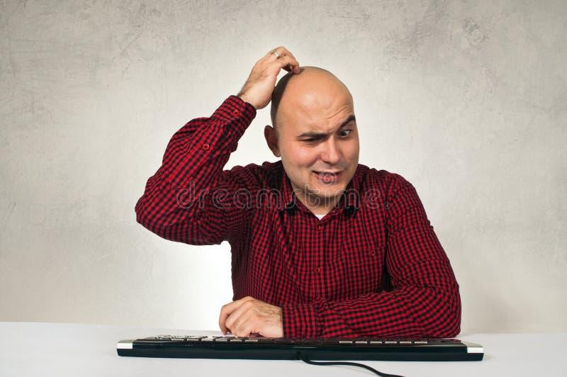 Zmieszany mężczyzna przy biuro stołem zdjęcia royalty free