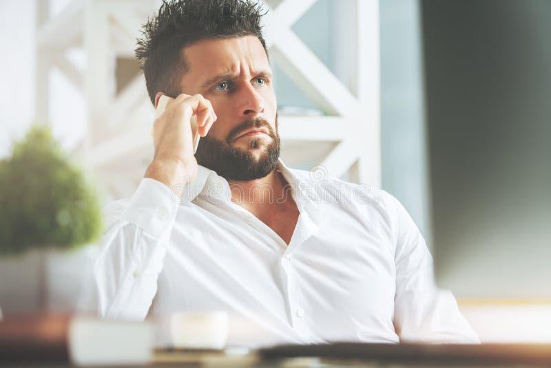 Zmieszany mężczyzna przy miejscem pracy zdjęcia stock