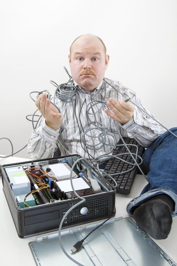 Zmieszany mienie Czochrający biznesmenów kable komputer Przy biurkiem zdjęcie stock