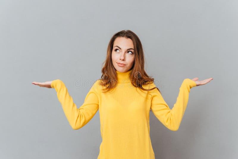 Zmieszany rozważny młodej kobiety mienia copyspace na oba palmach obrazy royalty free