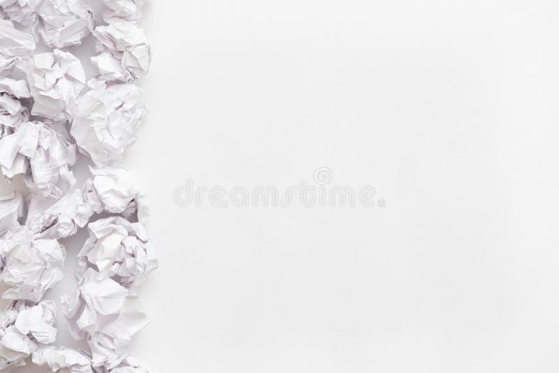 Zmizerowani pomysły miący papierowy balowy biały tło obrazy royalty free
