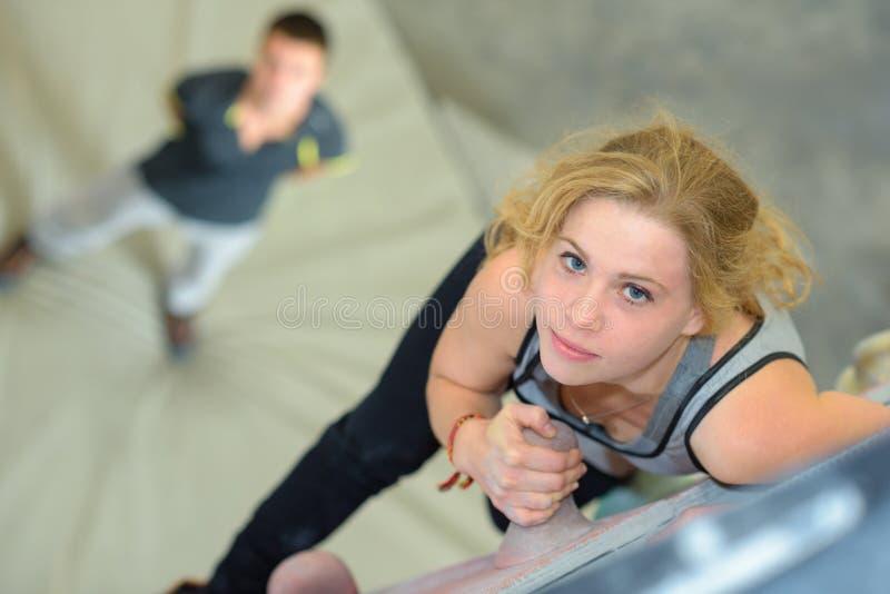Zmniejszający się widok kobieta na pięcie ścianie zdjęcie stock