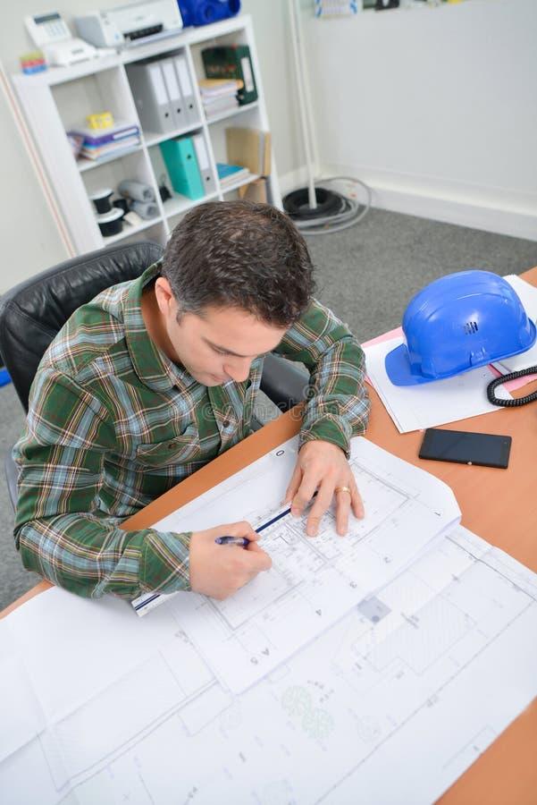 Zmniejszający się widoku mężczyzna pracuje na szalkowych rysunkach zdjęcie stock