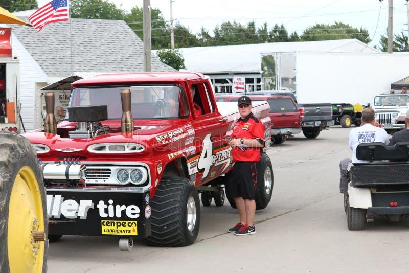 Zmodyfikowana 4x4 ciężarówka ciągnie 4 sztuk ciągnięcia drużyny zdjęcie stock