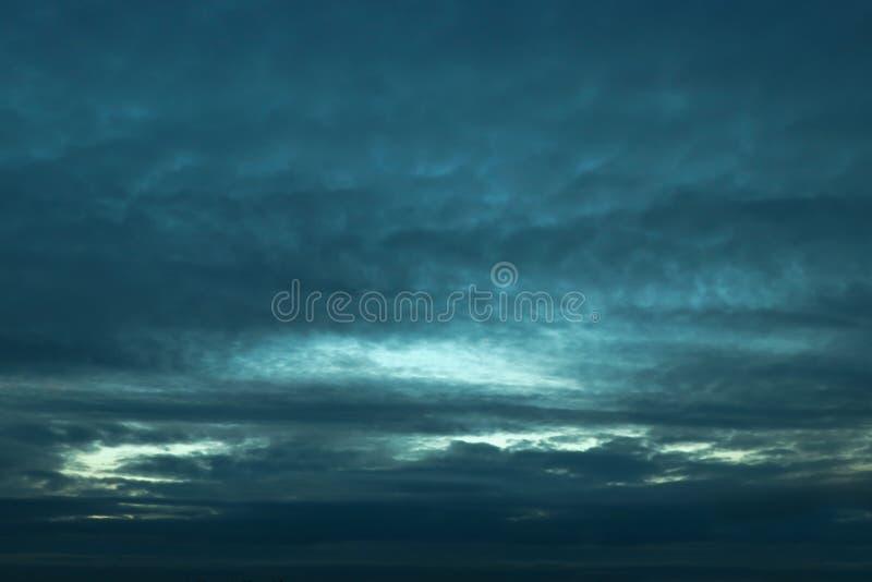 Zmrok - błękita niebo i chmury obraz stock