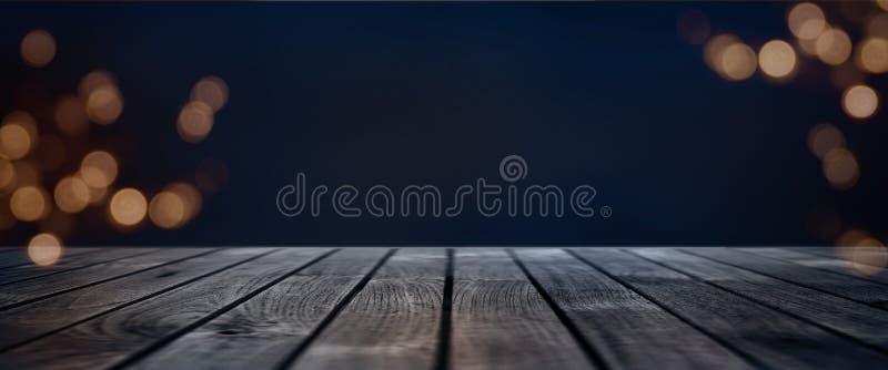 Zmrok - błękitny bokeh tło z drewnianą sceną obrazy stock