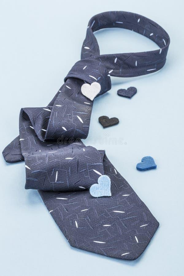 Zmrok błękitny krawat i mali serca - zdjęcie stock