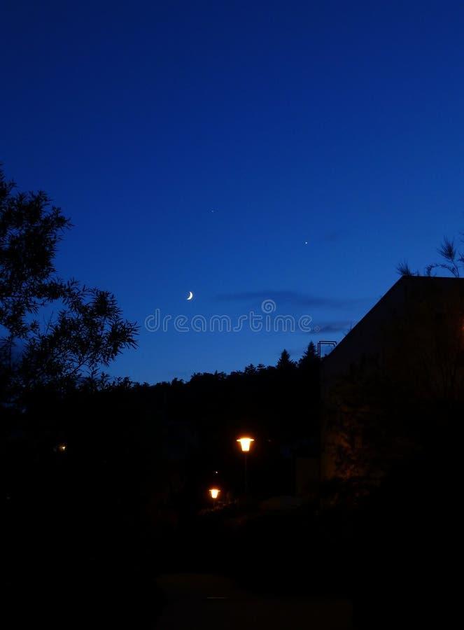 Zmrok - błękitny wieczór niebo nad miasto zdjęcie stock
