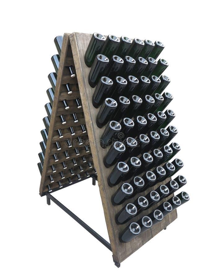 Zmrok butelki na wino lochu drewnianym poparciu odizolowywającym nad bielem obraz stock