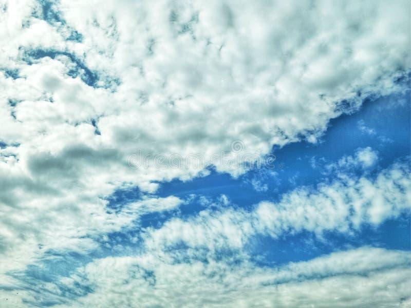 zmrok chmura przy niebieskim niebem fotografia stock